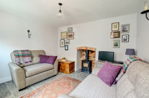 Last Minute Cottages - Cosy Holt Cottage S104354