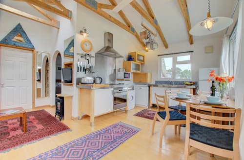 Last Minute Cottages - Cosy St Merryn Lodge S42666