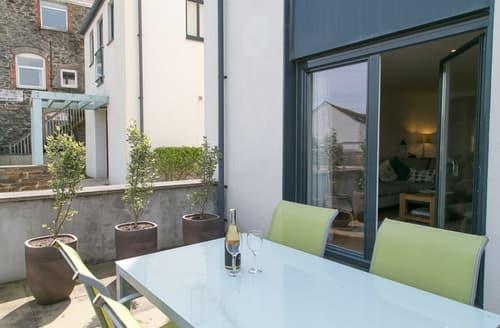 Last Minute Cottages - Cosy Porthleven Apartment S89220