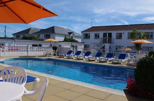 Last Minute Cottages - Cosy Mawgan Porth Apartment S42986