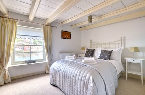 Last Minute Cottages - Cosy Whitby Apartment S81500