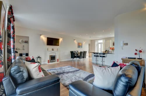 Last Minute Cottages - Lovely Ilfracombe Apartment S113311