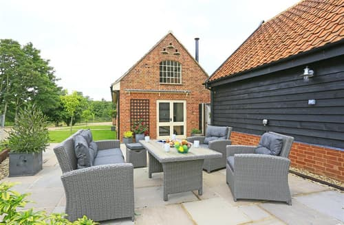 Last Minute Cottages - Luxury Bramfield Lodge S60274