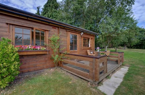 Last Minute Cottages - Beautiful Woodbridge Lodge S9989