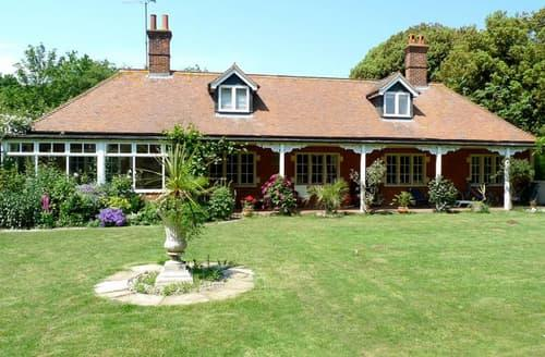Last Minute Cottages - Cosy Bawdsey Lodge S82817