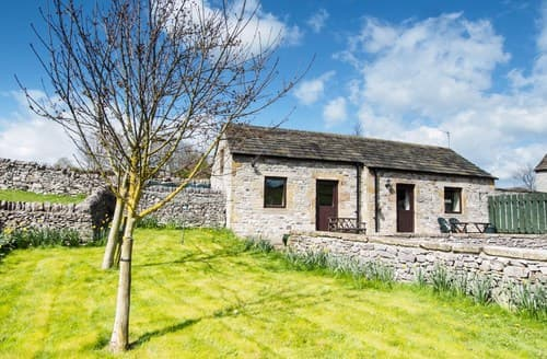 Last Minute Cottages - Cosy Ashford In The Water Cottage S59063
