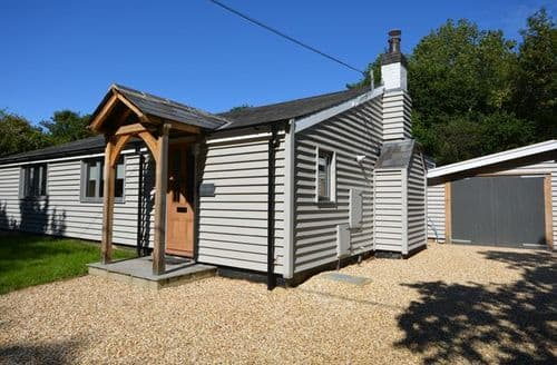Last Minute Cottages - Beautiful Lymington Bungalow S41053