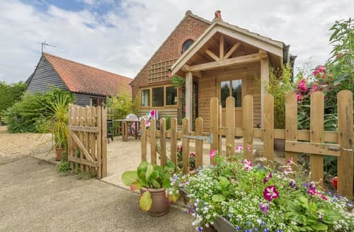 Last Minute Cottages - Lovely Horningtoft Barn S114480