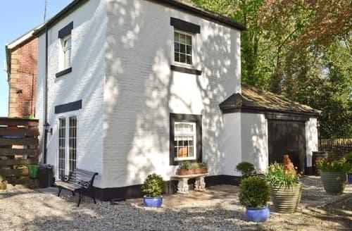 Last Minute Cottages - Lovely Blackpool Cottage S33744