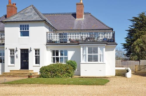 Last Minute Cottages - Captivating Alum Bay Apartment S101509