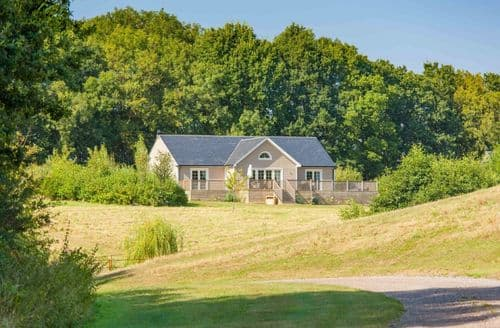 Last Minute Cottages - Woodbell Lodge, Wakes Colne, Colchester