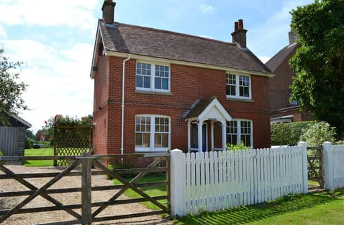 Last Minute Cottages - Beautiful Keyhaven Cottage S102402