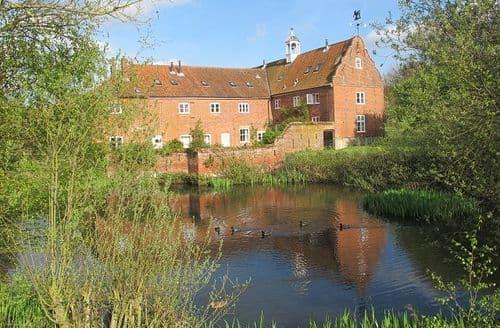 Last Minute Cottages - Spixworth Hall Cottages   Waterside Cottage S99576
