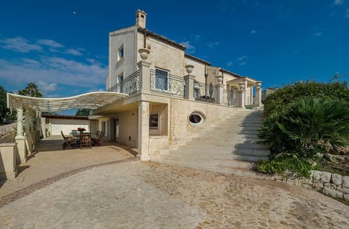 Last Minute Cottages - Villa Donatella