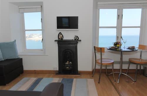Last Minute Cottages - Penguin Apartment, 2 Crab Rock