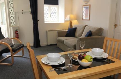 Last Minute Cottages - Cosy  Apartment S127237