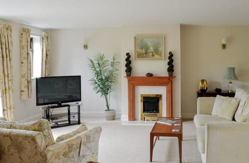 Last Minute Cottages - Inviting Bourton On The Water Cottage S16070