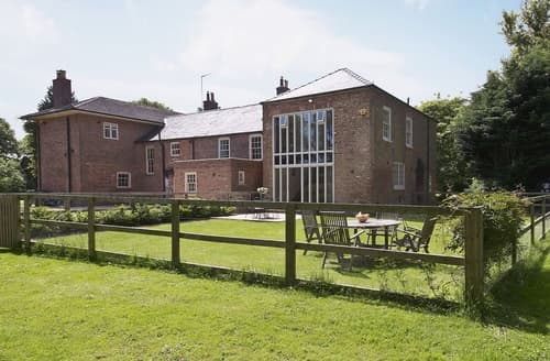 Dog Friendly Cottages - Attractive Boston Lodge S15734