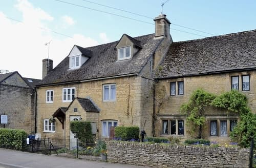 Last Minute Cottages - Cosy Bourton On The Water Cottage S16105