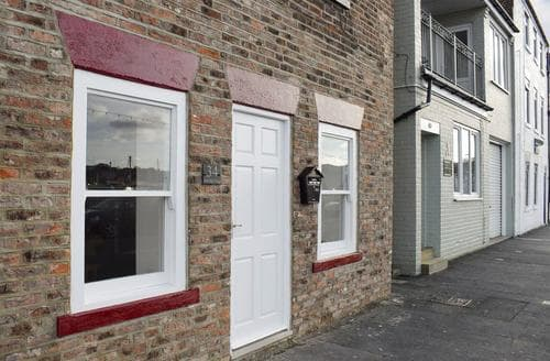 Dog Friendly Cottages - Superb Whitby Apartment S73193