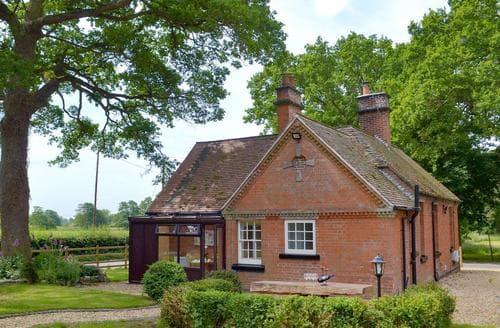Last Minute Cottages - Gorgeous Ashbourne Lodge S79261