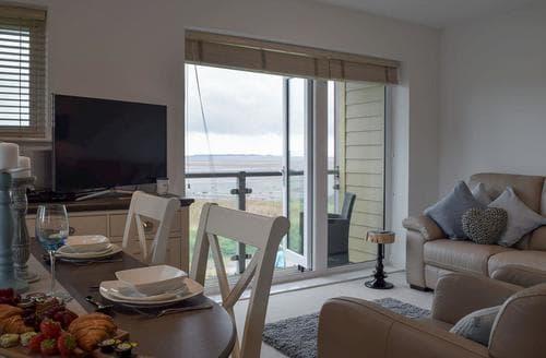 Last Minute Cottages - Beautiful Llanelli Apartment S72697