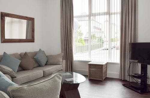 Last Minute Cottages - Attractive Tenby Apartment S84773