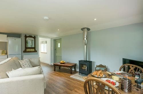 Dog Friendly Cottages - Delightful Norwich Lodge S83696