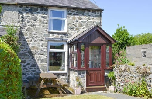 Last Minute Cottages - Pen Dinas