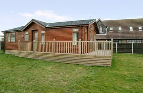 Last Minute Cottages - Cosy Great Yarmouth Lodge S17238