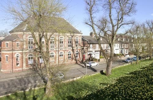 Last Minute Cottages - Inviting York Apartment S15636