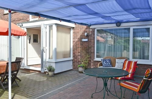 Last Minute Cottages - Cosy Great Yarmouth Apartment S17250
