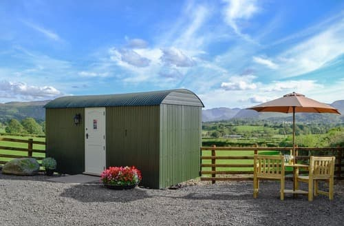 Last Minute Cottages - Lake View Shepherds Hut