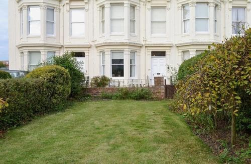 Last Minute Cottages - Cosy Filey Apartment S72395