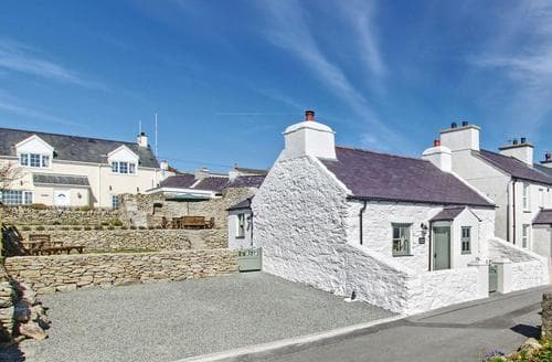 Last Minute Cottages - Tasteful Holyhead And Trearddur Bay Cottage S74011