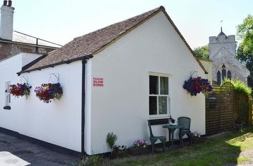 Last Minute Cottages - Cosy Folkestone Apartment S82747