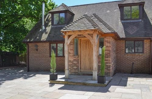 Last Minute Cottages - Coombe Wood Coach House