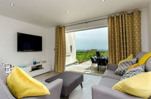 Last Minute Cottages - Lovely Sandown Apartment S133175
