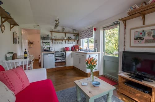 Last Minute Cottages - Beautiful Wootton Bridge Lodge S132619