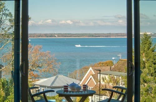 Last Minute Cottages - Solent Lawns