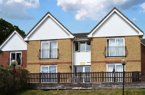 Last Minute Cottages - Cosy Ryde Apartment S14284