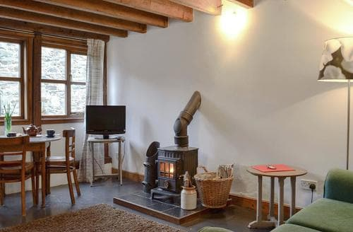 Last Minute Cottages - Ty Canol Bach