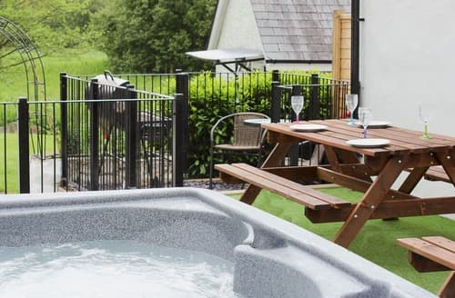 Last Minute Cottages - Wonderful Llandeilo Lodge S78811