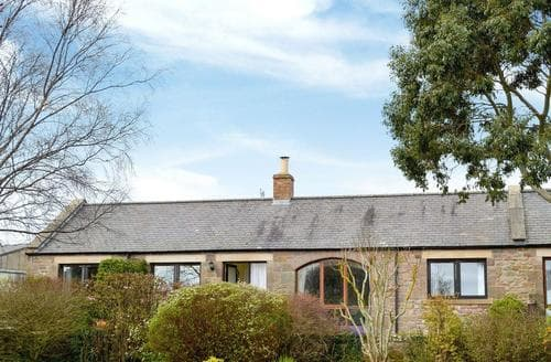 Last Minute Cottages - Cosy Bamburgh Cottage S14427