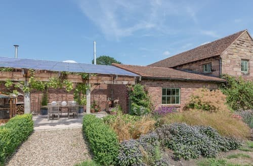 Last Minute Cottages - The Barn at Pye Corner Farm
