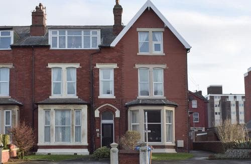 Last Minute Cottages - Attractive Lytham St Annes Apartment S93324