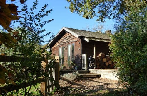 Last Minute Cottages - Woodmancote Lodge