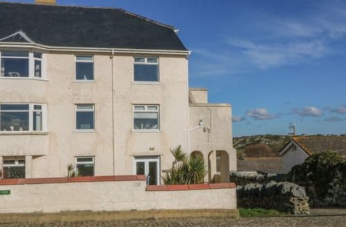 Last Minute Cottages - Wonderful Trearddur Bay Cottage S125136