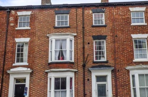 Last Minute Cottages - Cosy Whitby Apartment S59227
