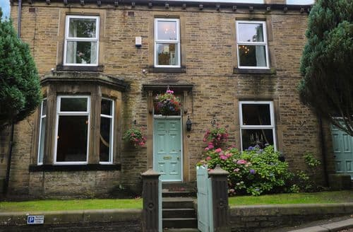 Last Minute Cottages - Adorable Haworth Cottage S84475